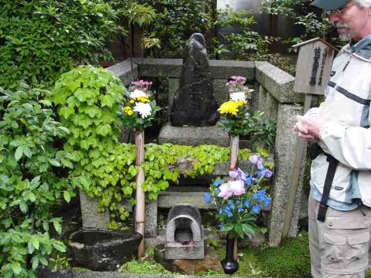 Sjoquist at Basho's grave.jpg