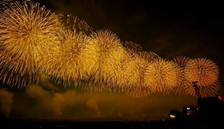 Nagaoka_Festival_Fireworks_2015_One-shaku_Fireworks_100_Shots